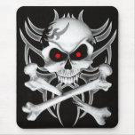 El cráneo y la bandera pirata de la muerte alfombrilla de ratón