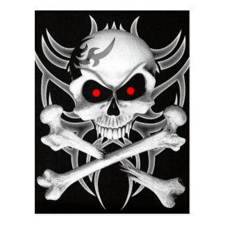 El cráneo y la bandera pirata de la muerte postal