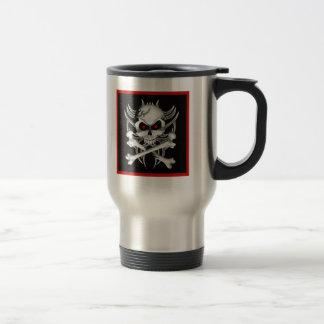 El cráneo y la bandera pirata de la muerte taza