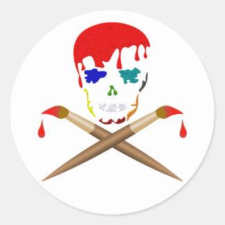 El cráneo y la bandera pirata del artista pegatina redonda