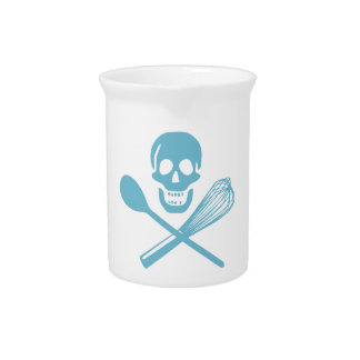 El cráneo y la cruz baten el azul de la harina de jarras de beber