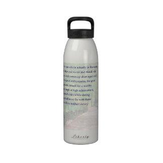 El crédito va al hombre en la botella de la arena botella de agua reutilizable