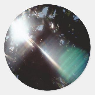 El cristal abstracto refleja árboles etiqueta redonda