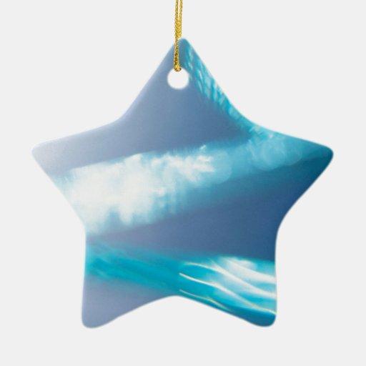 El cristal abstracto refleja el cono adorno de cerámica en forma de estrella