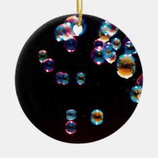 El cristal abstracto refleja la lluvia adorno navideño redondo de cerámica