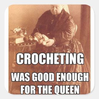 El Crocheting: Bastante bueno para la reina Calcomanía Cuadradas Personalizada