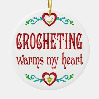El Crocheting calienta mi corazón Adorno Navideño Redondo De Cerámica