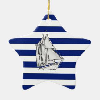 El cromo tiene gusto del velero en rayas náuticas adorno navideño de cerámica en forma de estrella
