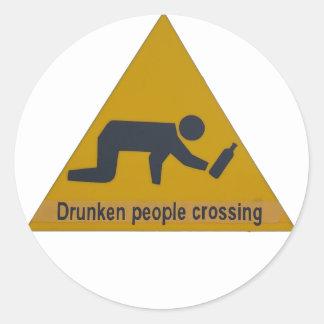 El cruzar borracho de la gente etiqueta redonda