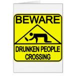 El cruzar borracho de la gente tarjeta