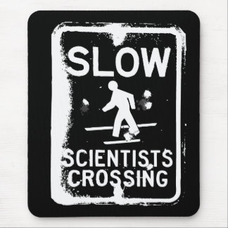 El cruzar de los científicos tapetes de ratones