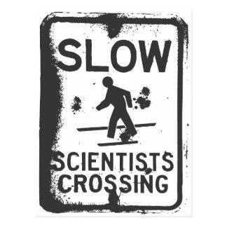 El cruzar de los científicos tarjeta postal