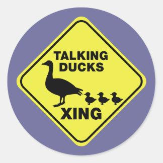 El cruzar de los patos que habla pegatina redonda