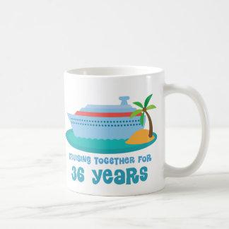 El cruzar junto por 36 años de regalo del taza básica blanca