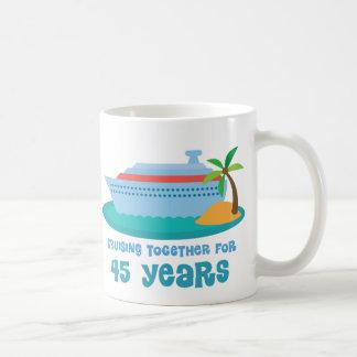 El cruzar junto por 45 años de regalo del taza básica blanca