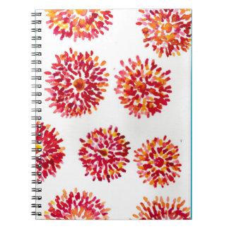 El cuaderno con el naranja estalló adorno floral