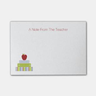 El cuaderno de notas del profesor de la pila de li post-it® nota