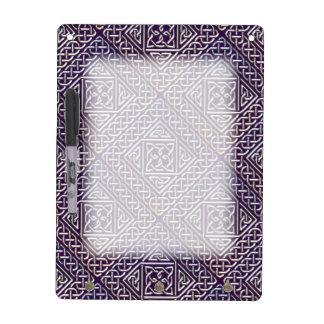El cuadrado púrpura de plata forma el modelo de tablero blanco