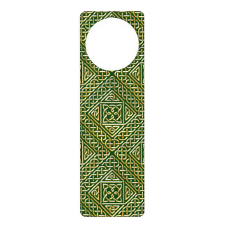 El cuadrado verde del oro forma el modelo de colgador para puerta