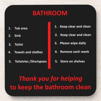 El cuarto de baño negro, blanco y rojo le agradece posavasos