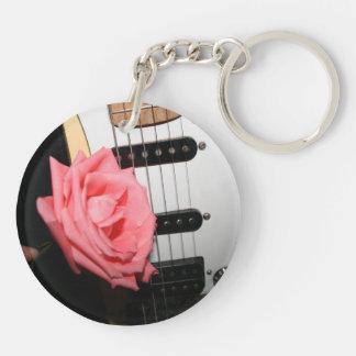 El cuerpo color de rosa rosado de la guitarra ata llavero redondo acrílico a doble cara