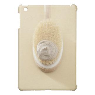 El cuerpo friega el cepillo con el baño friega