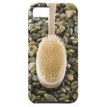 El cuerpo friega el cepillo en rocas iPhone 5 funda