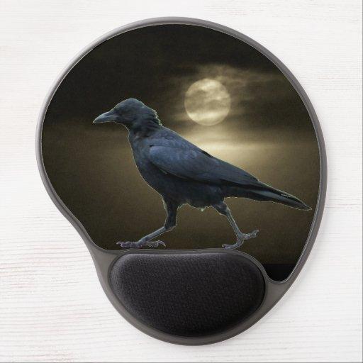El cuervo camina por claro de luna alfombrillas de ratón con gel
