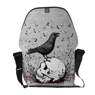 El cuervo canta la canción de la muerte en el ejem bolsas de mensajeria