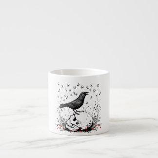 El cuervo canta la canción de la muerte en el ejem taza de espresso