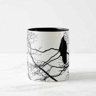 El cuervo gótico en un árbol taza