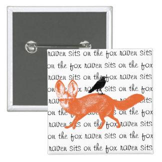 El cuervo se sienta en el botón del Fox Pin Cuadrado
