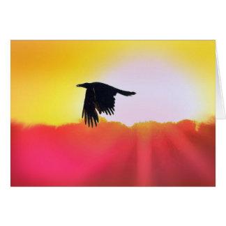 El cuervo sostiene la semilla del mundo tarjeta de felicitación