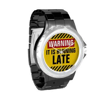 El cuidado de él está corriendo tarde reloj