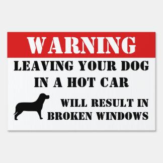 El cuidado dejando el perro en ventanillas del letreros