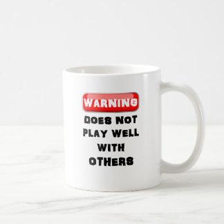 El cuidado no juega bien con otros taza clásica