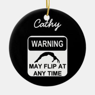 El cuidado puede mover de un tirón el ornamento de ornamentos de navidad