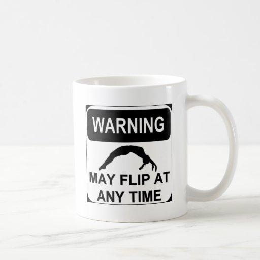 El cuidado puede mover de un tirón tazas de café