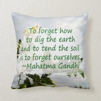 el cultivar un huerto diciendo gandhi con el limón cojín