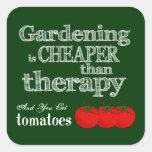 El cultivar un huerto es más barato que terapia… calcomanía cuadradas personalizadas