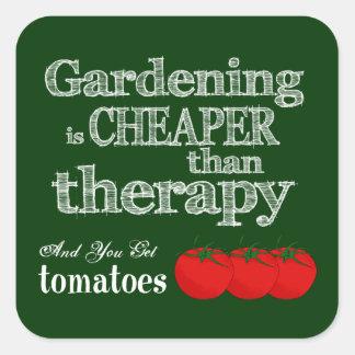 El cultivar un huerto es más barato que terapia… pegatina cuadrada