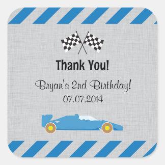 El cumpleaños azul del coche de carreras le pegatina cuadrada