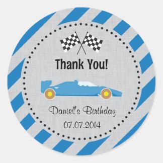 El cumpleaños azul del coche de carreras le pegatina redonda