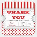 El cumpleaños blanco rojo del boleto de la calcomanía cuadrada personalizada