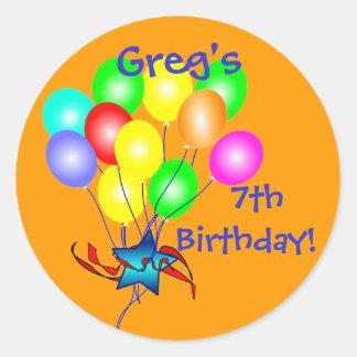 El cumpleaños colorido hincha a los pegatinas etiquetas redondas