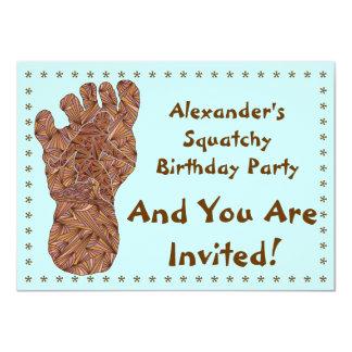 """El cumpleaños de Bigfoot Sasquatch Yeti Squatchy Invitación 4.5"""" X 6.25"""""""