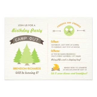 El cumpleaños de la diversión acampa hacia fuera i invitacion personal