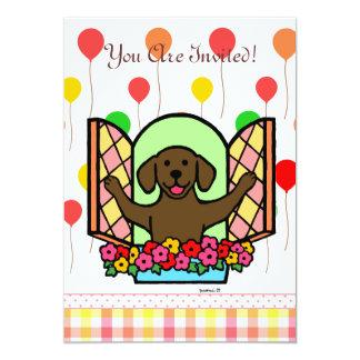 """El cumpleaños de Labrador del chocolate invita (la Invitación 5"""" X 7"""""""
