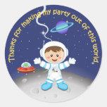 El cumpleaños de los muchachos del tema del espaci pegatina redonda