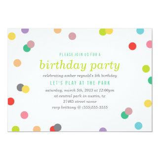 """El cumpleaños del confeti del arco iris invita invitación 5"""" x 7"""""""